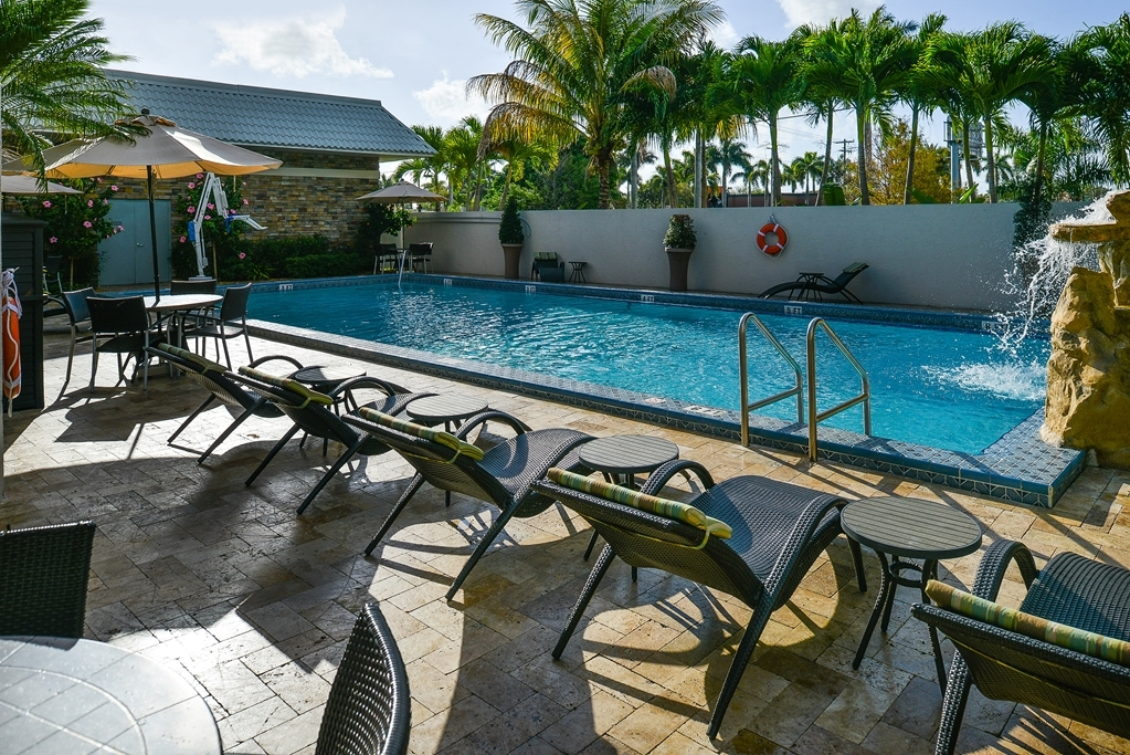 Best Western Plus Hollywood/Aventura - Whether you want to relax poolside or take a dip, our outdoor pool area is the perfect to unwind.