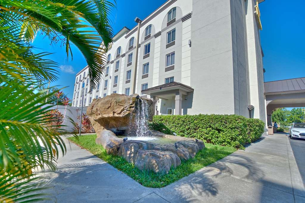 Best Western Airport Inn & Suites - Water fountain to help you relax from a long trip or before take your next flight.