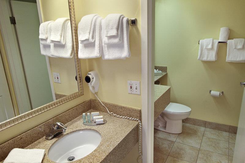 Best Western Cocoa Beach Hotel & Suites - Gästebad