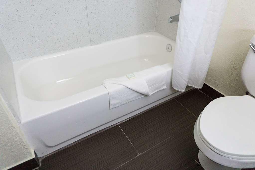Best Western Mayport Inn & Suites - Guest Bathroom