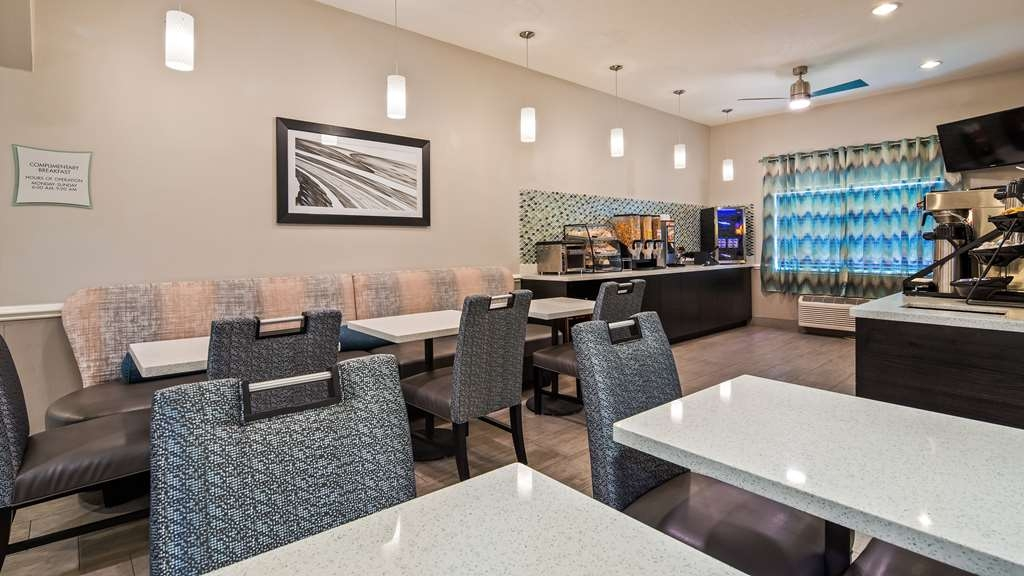 Best Western Mayport Inn & Suites - Breakfast nook area provides comfortable seating while you can enjoy hot breakfast and catch the daily weather and news.