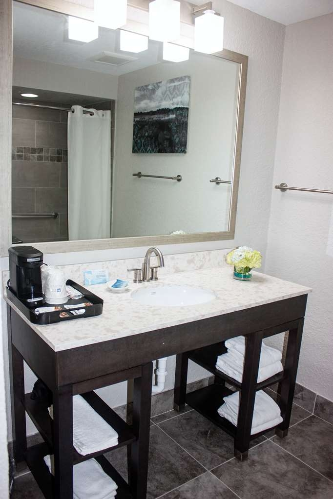 Best Western Plus Sebastian Hotel & Suites - Start your adventure in our guest bathroom with additional toiletries.
