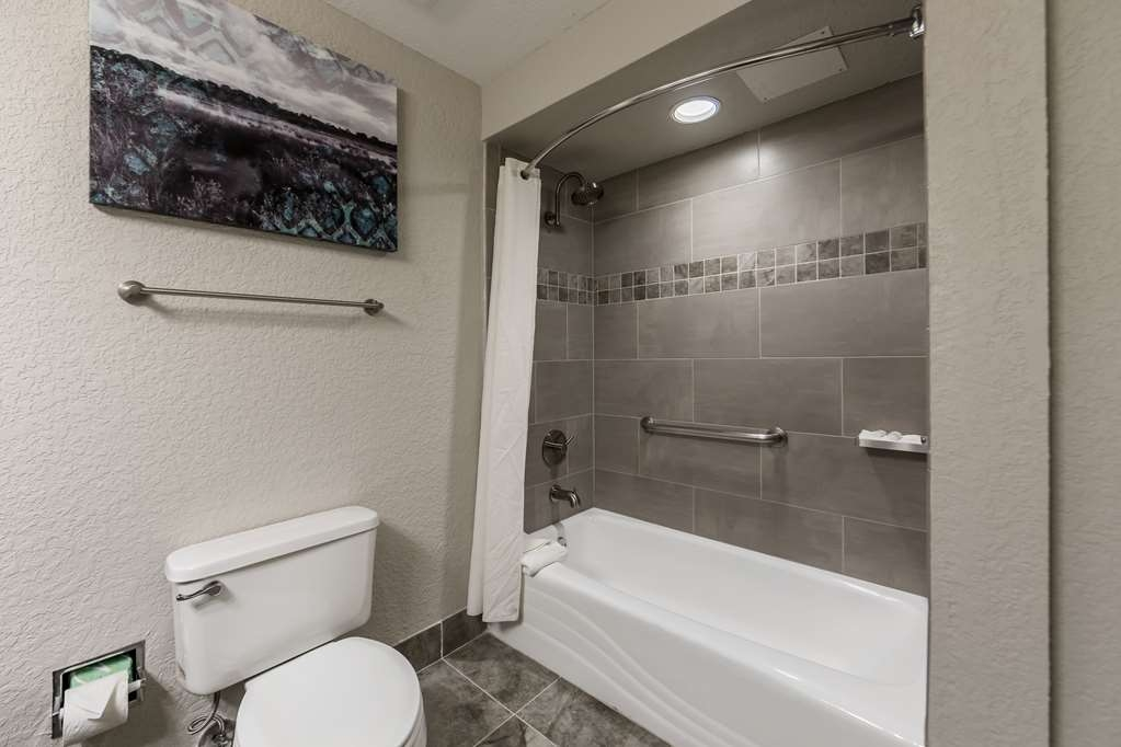 Best Western Plus Sebastian Hotel & Suites - Bathroom Shower with Tub