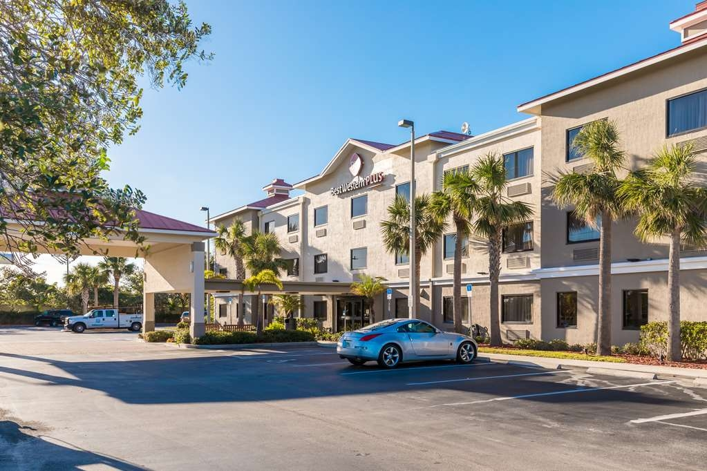 Best Western Plus Sebastian Hotel & Suites - Front Parking Lot