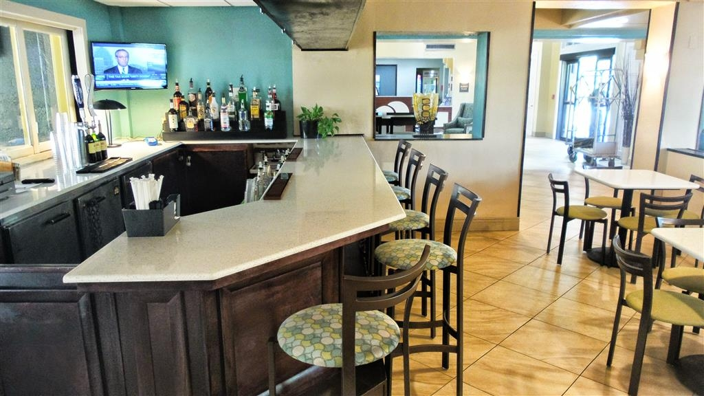 Best Western Plus Deerfield Beach Hotel & Suites - We offer plenty of space to grab a drink and catch up on the latest news.