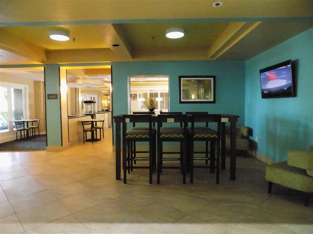 Best Western Plus Deerfield Beach Hotel & Suites - We offer plenty of space in our hotel lobby if you need to log onto your laptop.