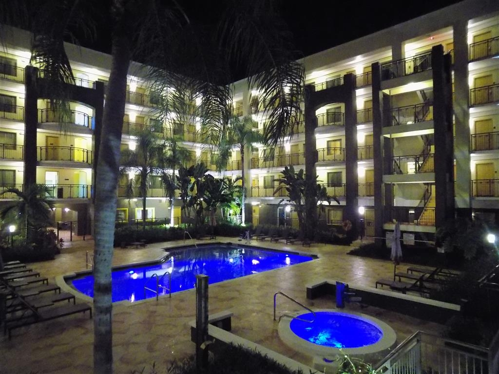 Best Western Plus Deerfield Beach Hotel & Suites - At night everything lights up for you can enjoy of the view of our pool.