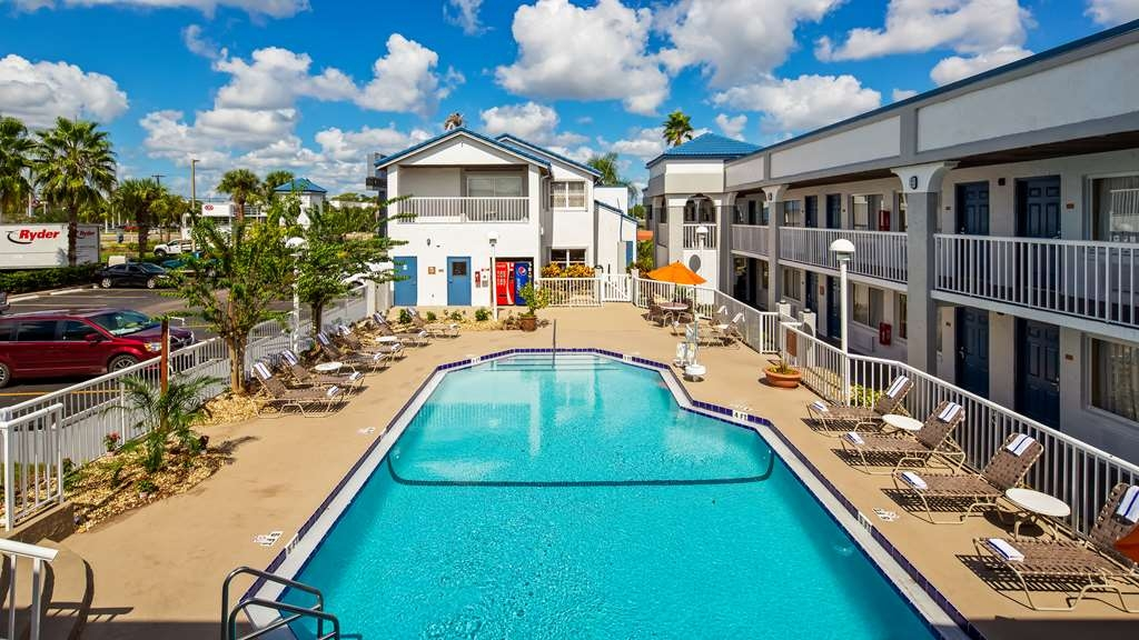 Best Western Orlando East Inn & Suites - Vista de la piscina