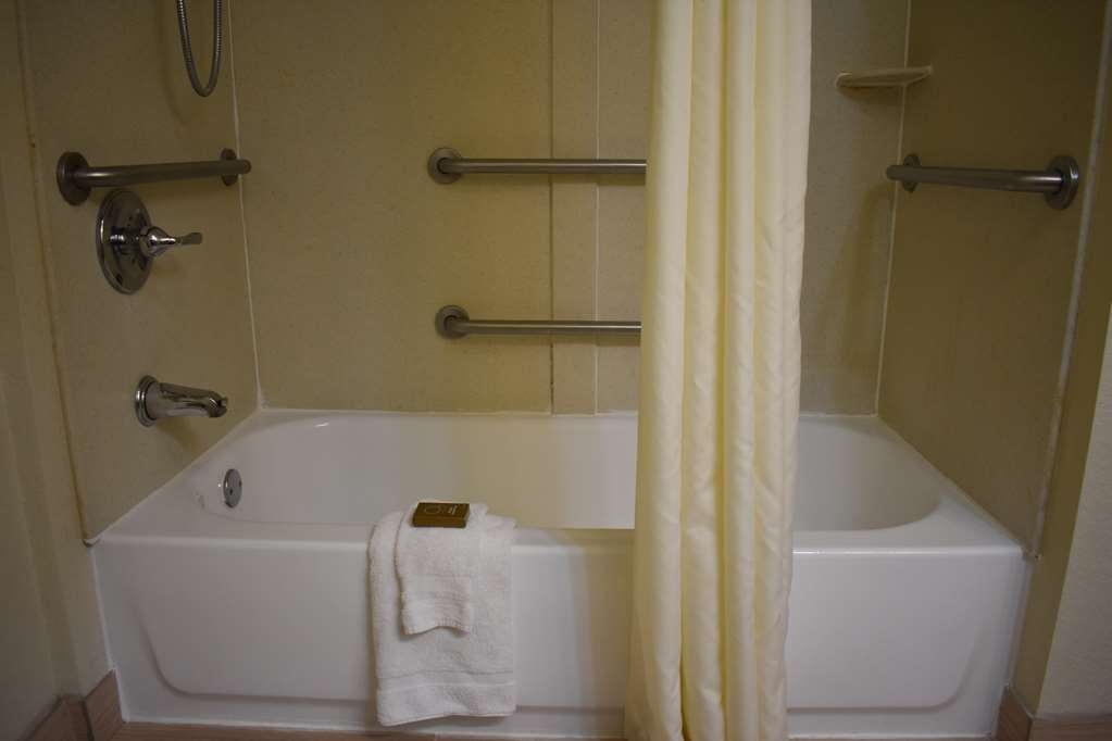 Best Western Plus Windsor Inn - Bagno accessibile con sedia a rotelle