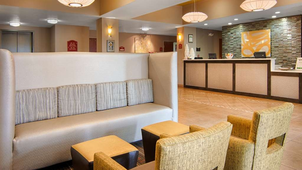 Best Western Auburndale Inn & Suites - Come and enjoy the spacious lobby offering a place to socialize with other guests or members of your party.