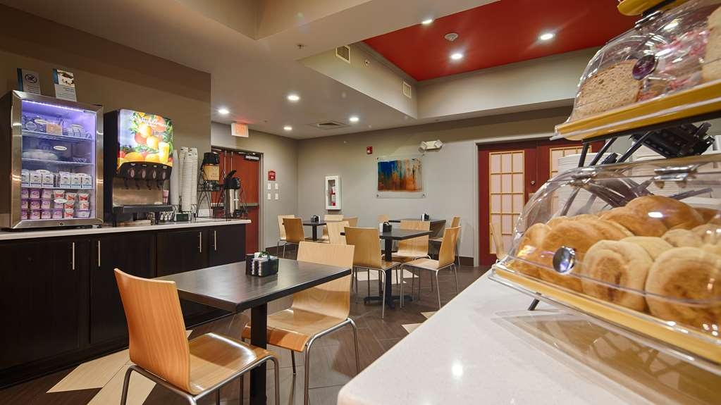 Best Western Auburndale Inn & Suites - Start your day off right with a complimentary breakfast