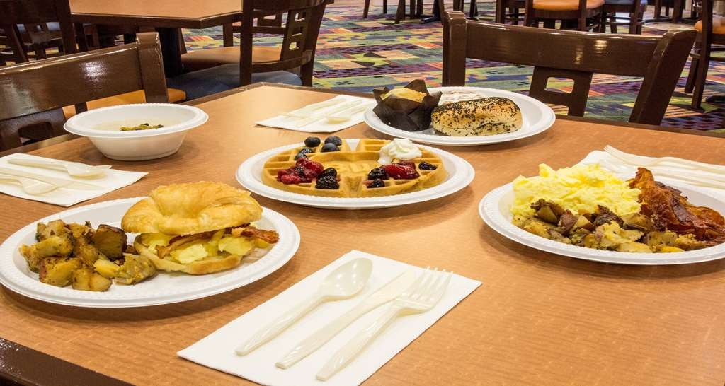Best Western Plus Kendall Hotel & Suites - Choose from a wide selection of your breakfast favorites from our hot breakfast buffet.
