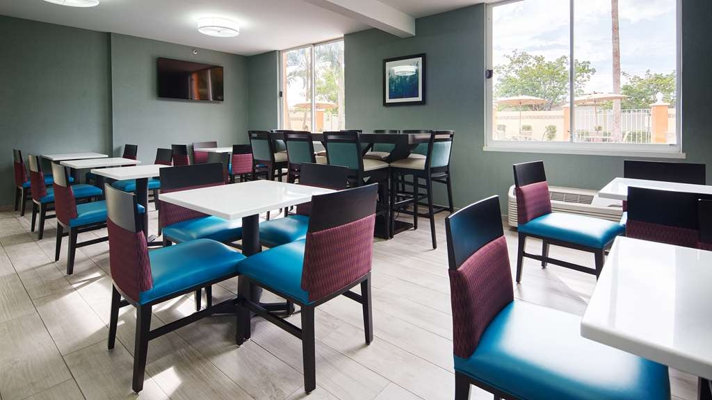 Best Western Fort Myers Inn & Suites - Seating area to enjoy your breakfast or you can take it out to the pool and enjoy the Florida Sunshine.