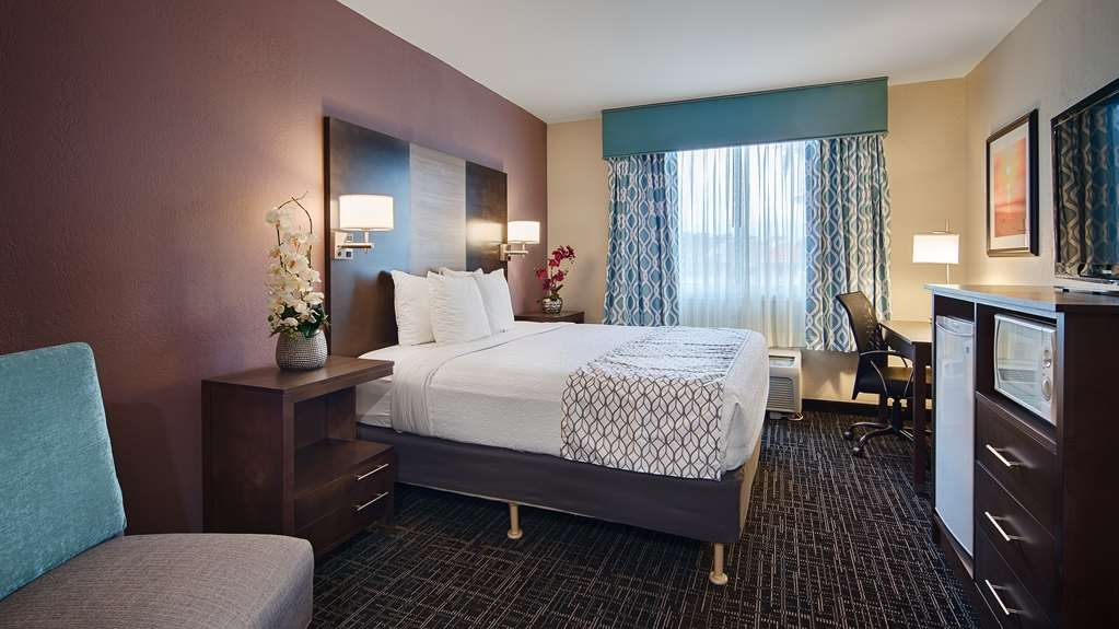 Best Western Fort Myers Inn & Suites - Relax after a long day of travel in our king or queen guest room.