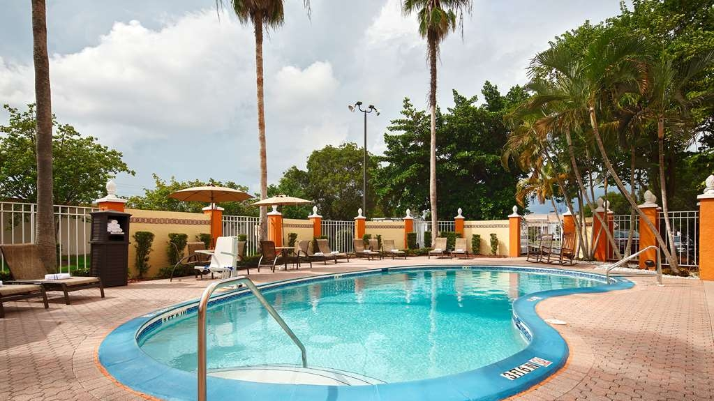 Best Western Fort Myers Inn & Suites - Lay out and enjoy the Florida Sunshine around the heated outdoor pool.