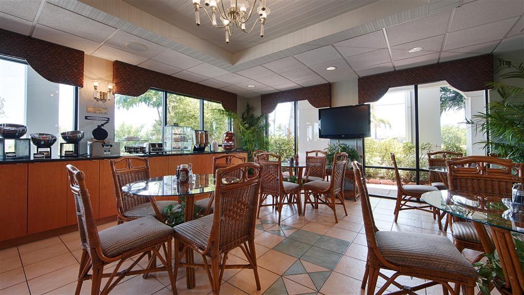 Best Western Lake Okeechobee - Un grand choix de sièges vous est proposé pour déguster votre petit déjeuner.