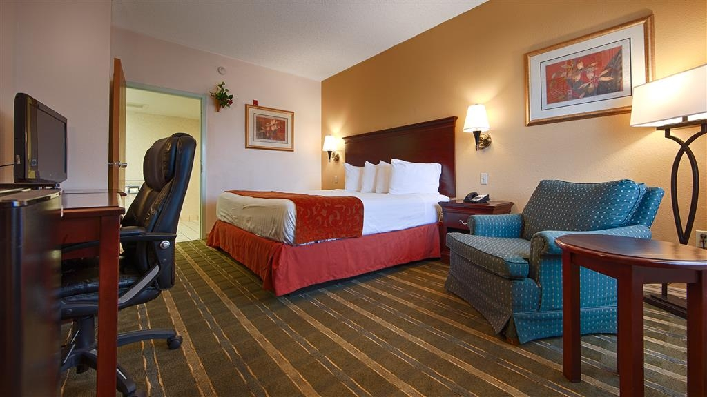 Best Western Lake Okeechobee - Genießen Sie den Komfort unseres Gästezimmers mit Kingsize-Bett.