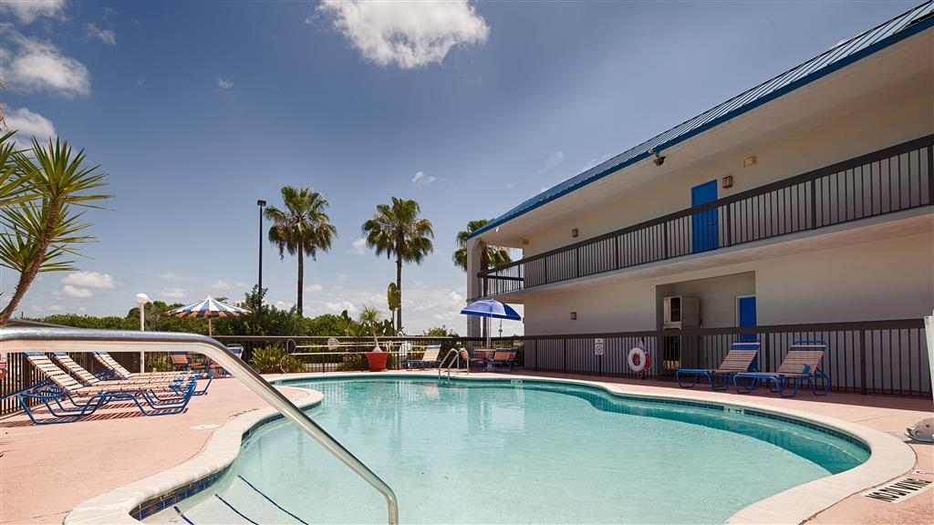 Best Western Lake Okeechobee - Egal, ob Sie auf der Suche nach Entspannung am Pool sind oder eine Runde schwimmen möchten, unser Poolbereich im Freien ist der ideale Ort dafür.