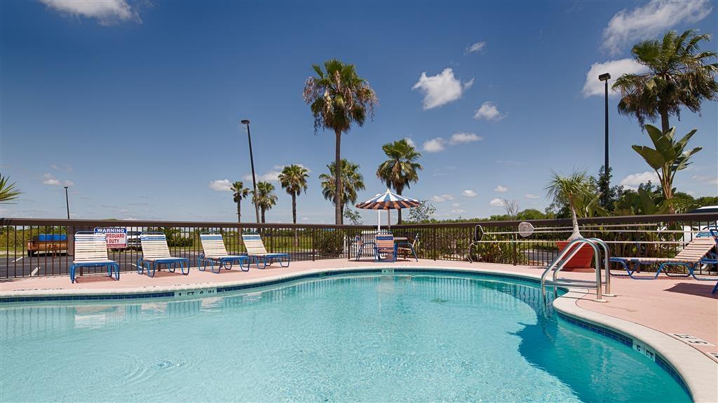 Best Western Lake Okeechobee - Notre piscine extérieure est l'endroit parfait pour se détendre, que vous souhaitiez vous prélasser au bord ou plonger dedans.