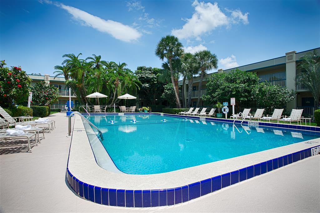 Best Western Downtown Stuart - Whether you want to relax poolside or take a dip, our outdoor pool area is the perfect to unwind.