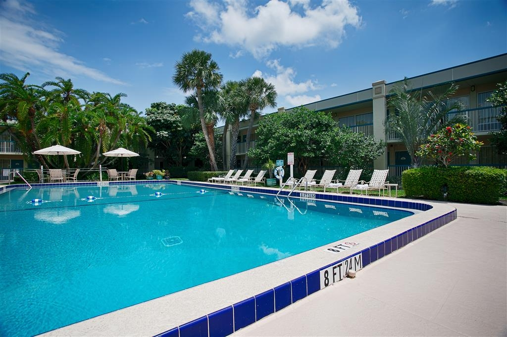 Best Western Downtown Stuart - Soak up the sun in one of our comfortable lounge chairs by our outdoor swimming pool.