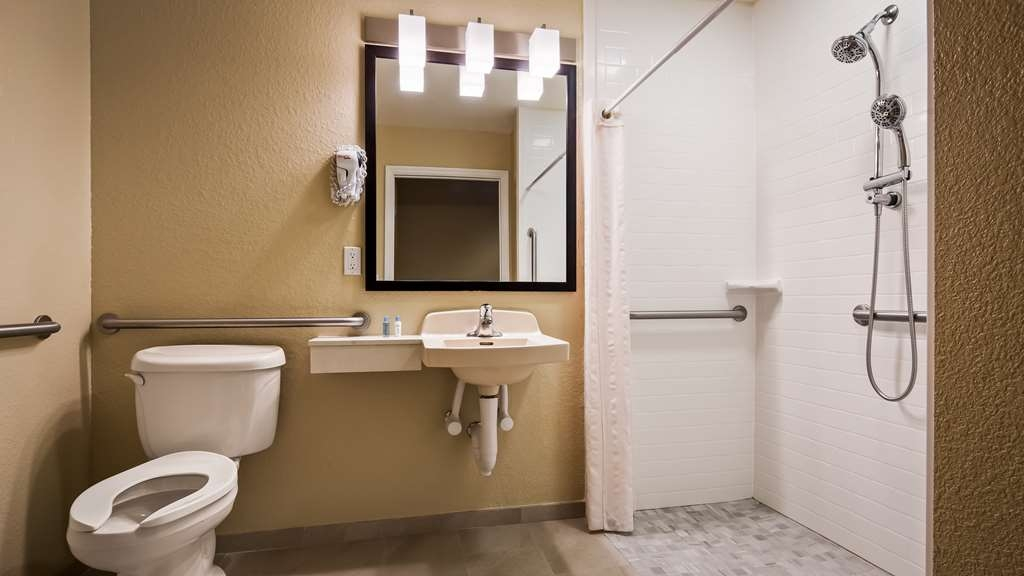 Best Western Edgewater Inn - Accessible Guest bathroom