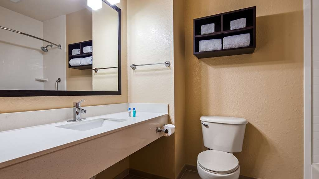 Best Western Edgewater Inn - Guest Bathroom