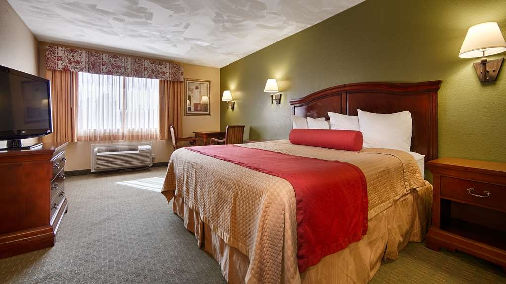 Best Western Wakulla Inn & Suites - Stretch out and relax in the king guest room.