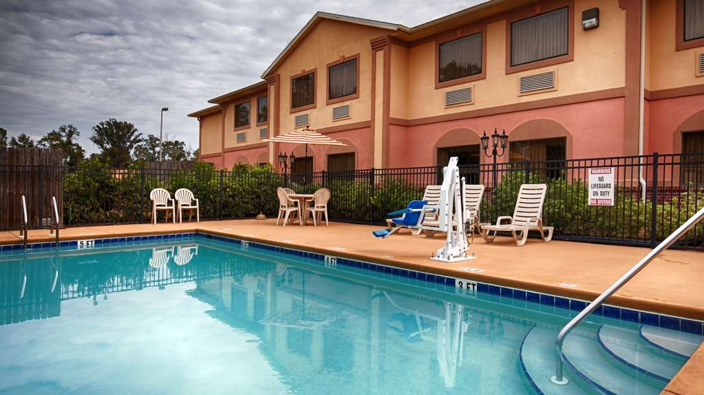 Best Western Wakulla Inn & Suites - Our outdoor pool is the perfect place to swim some early morning laps or enjoy an afternoon dip.