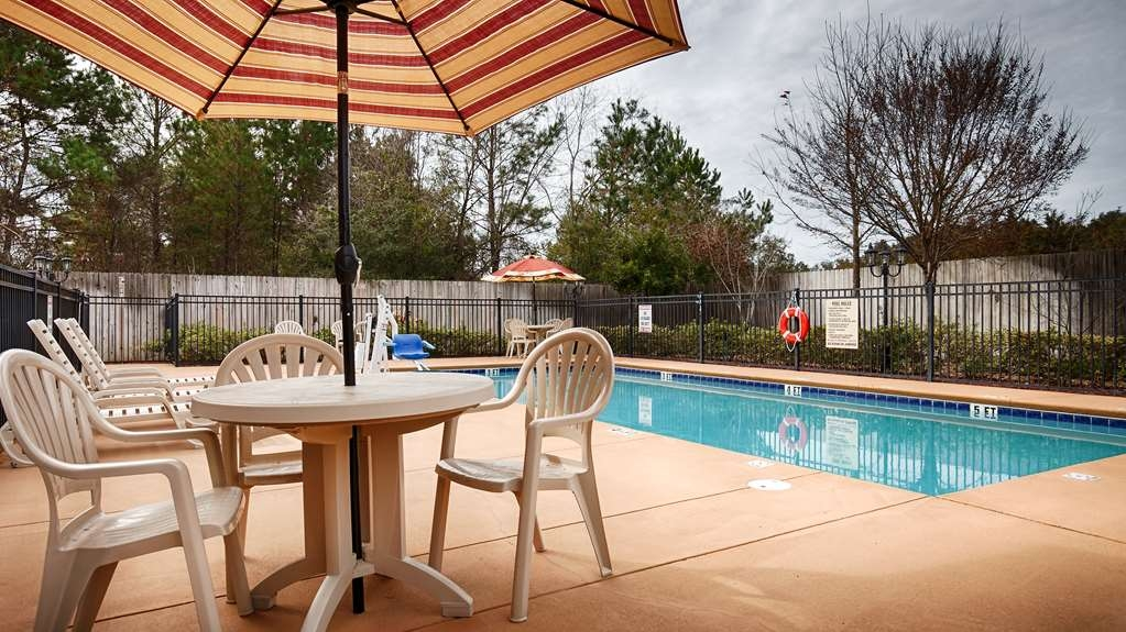 Best Western Wakulla Inn & Suites - Take a refreshing dip or swim some laps in our outdoor pool.