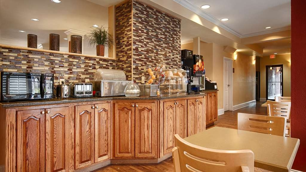 Best Western Wakulla Inn & Suites - Enjoy a balanced and delicious breakfast with choices for everyone.