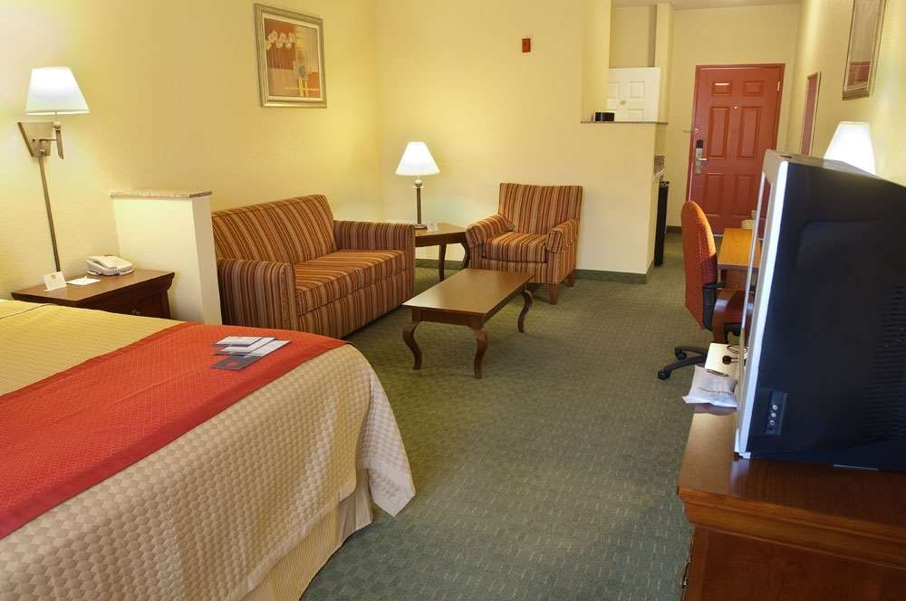 Best Western Wakulla Inn & Suites - Our spacious King Deluxe Mini Suite has all the comforts of home at your fingertips.