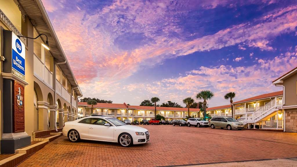 Best Western Bayfront - Courtyard and Parking