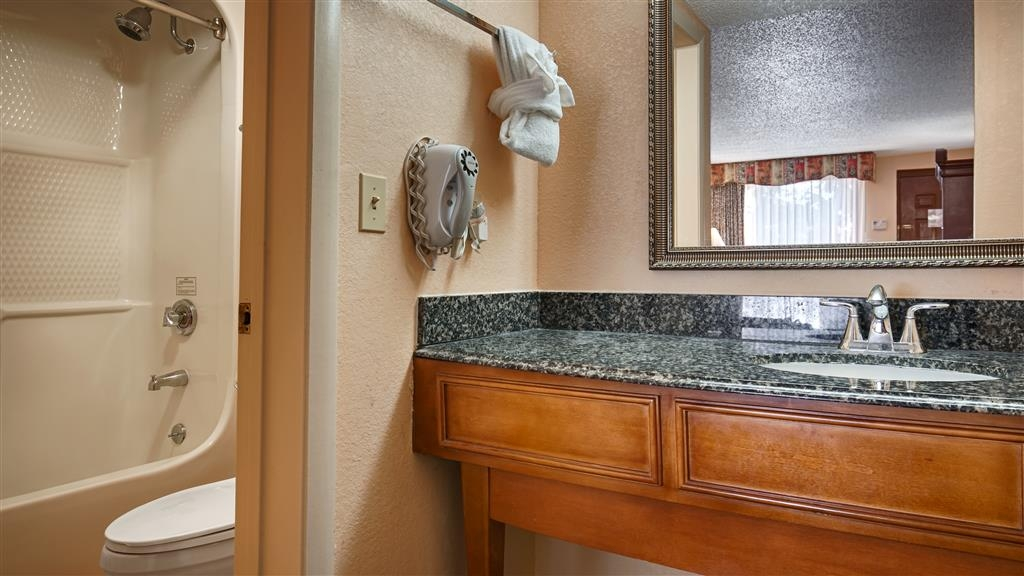 Best Western St. Augustine Beach Inn - Enjoy getting ready for the day in our fully equipped guest bathrooms.