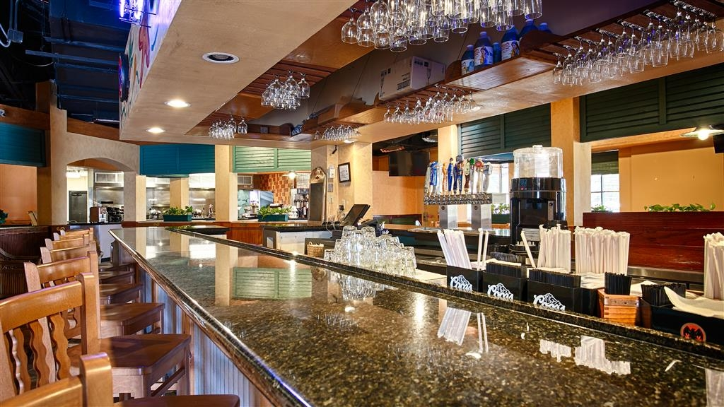 Best Western Orlando Gateway Hotel - Grab a cold drink at Sharky & Jack's Bar & Grille.