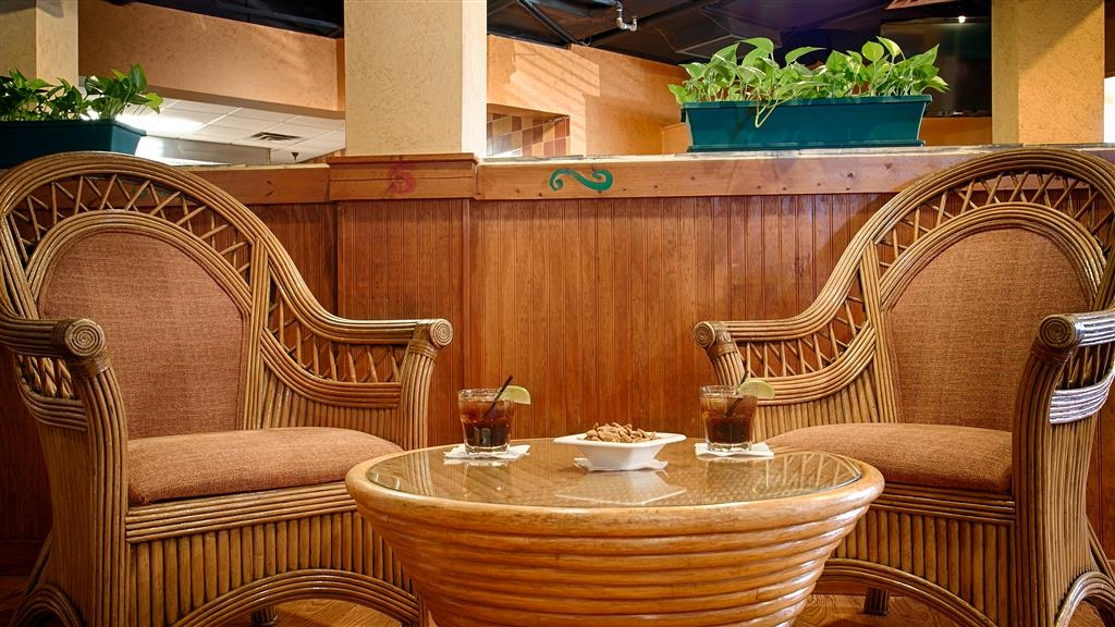 Best Western Orlando Gateway Hotel - For a great meal and convenient location, dine in at our onsite restaurant Sharky & Jack's Bar & Grille.