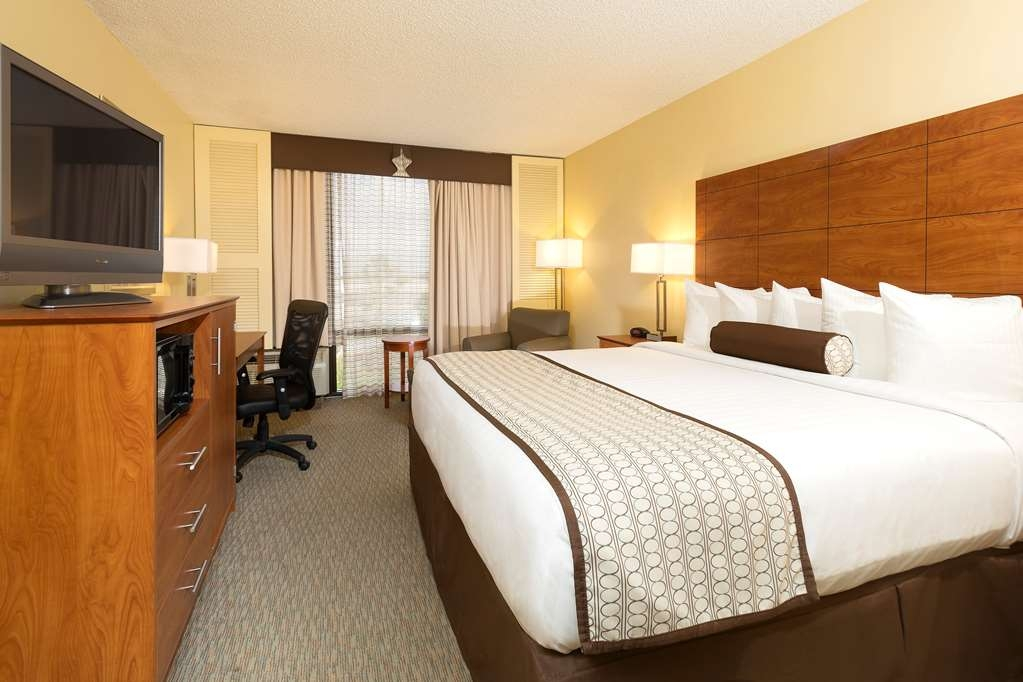 Best Western Orlando Gateway Hotel - At the end of a long day, relax in our clean, fresh King room.