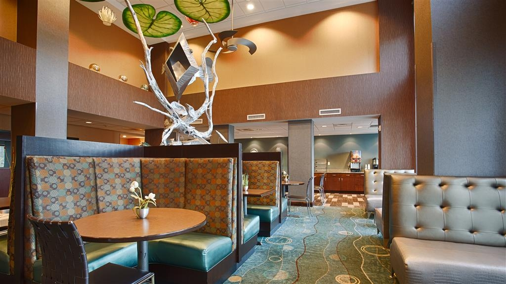 Best Western Plus Chain of Lakes Inn & Suites - Desayuno Buffet