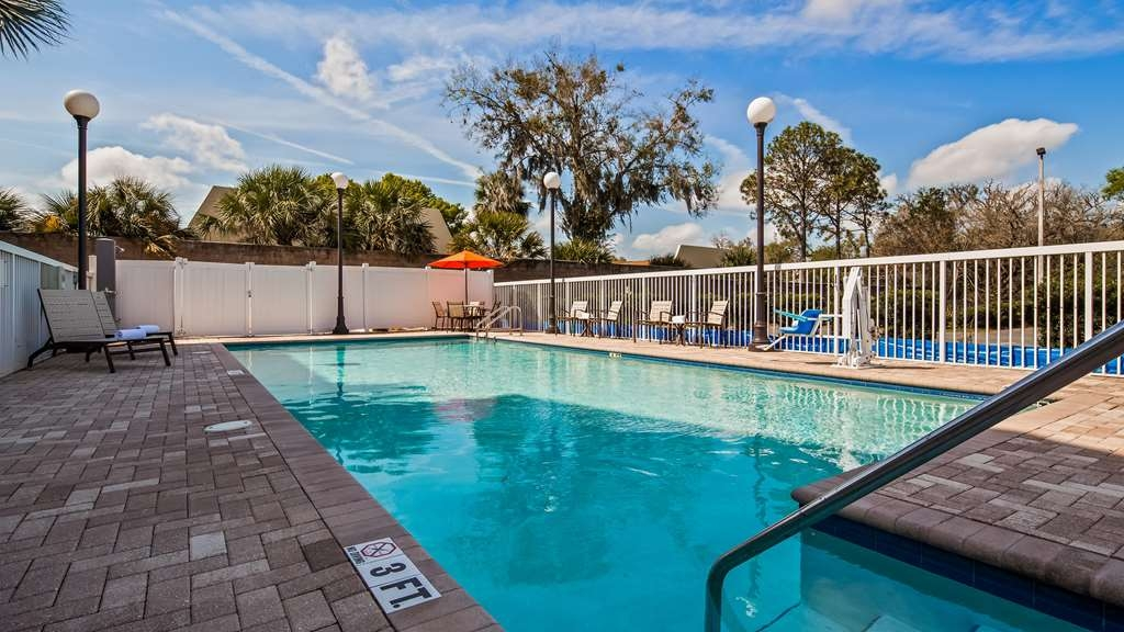 Best Western Plus Chain of Lakes Inn & Suites - Vista de la piscina