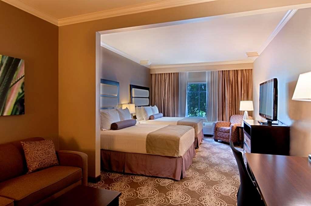 Best Western Plus Miami Airport North Hotel & Suites - Habitación con cama de matrimonio grande