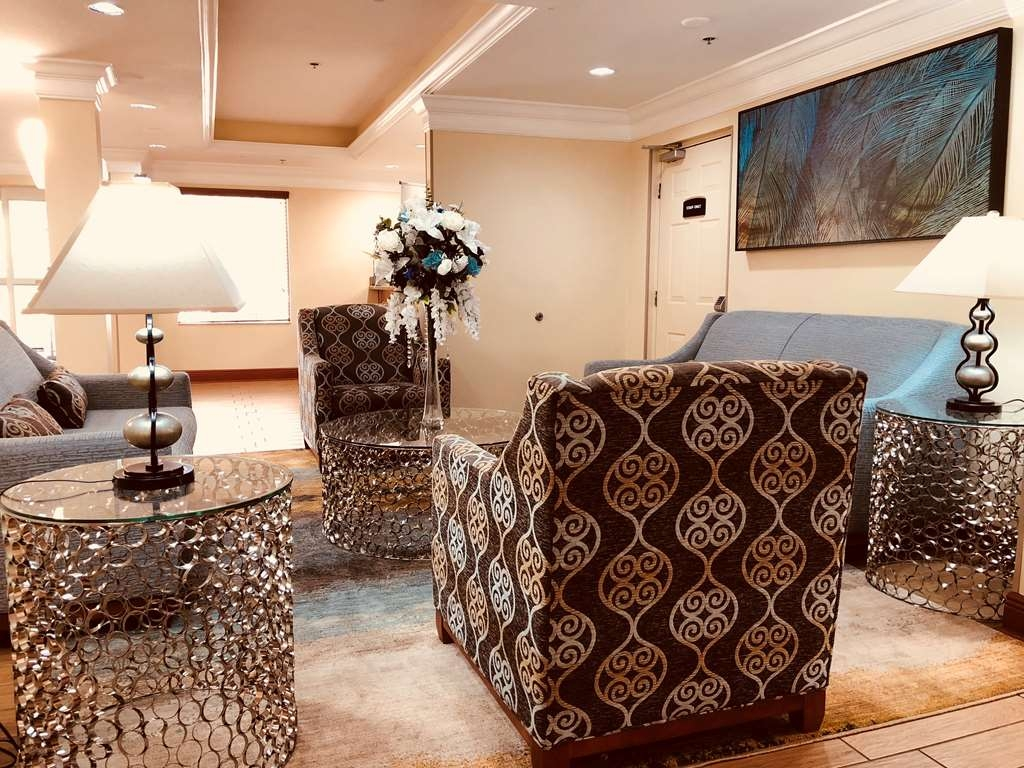 Best Western Plus Bradenton Hotel & Suites - Business and leisure travelers alike will notice our modern lobby is the perfect refuge for today's active traveler.
