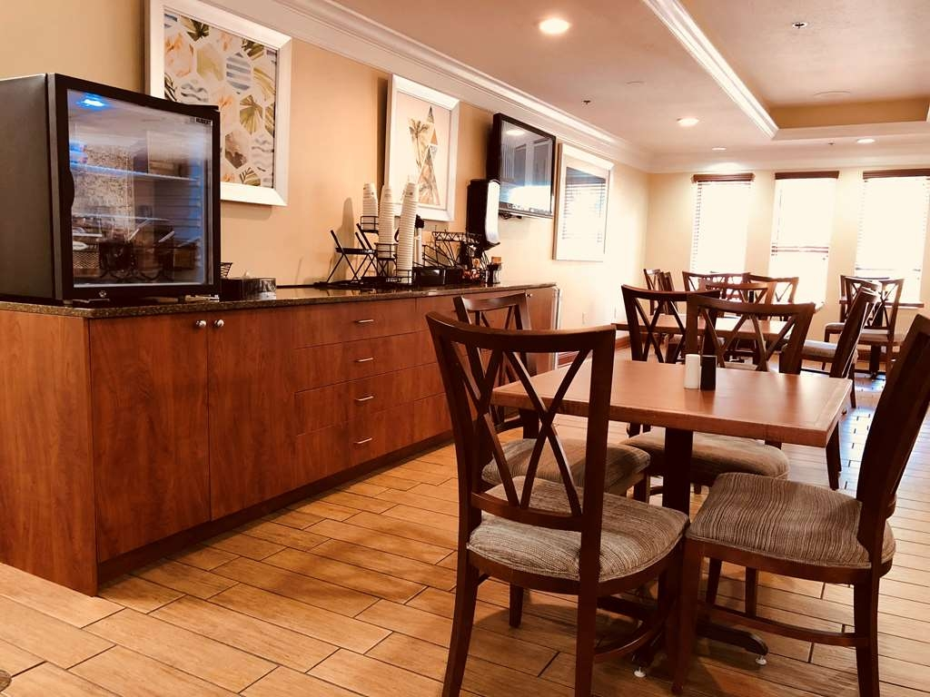 Best Western Plus Bradenton Hotel & Suites - Enjoy a balanced and delicious breakfast with choices for everyone.