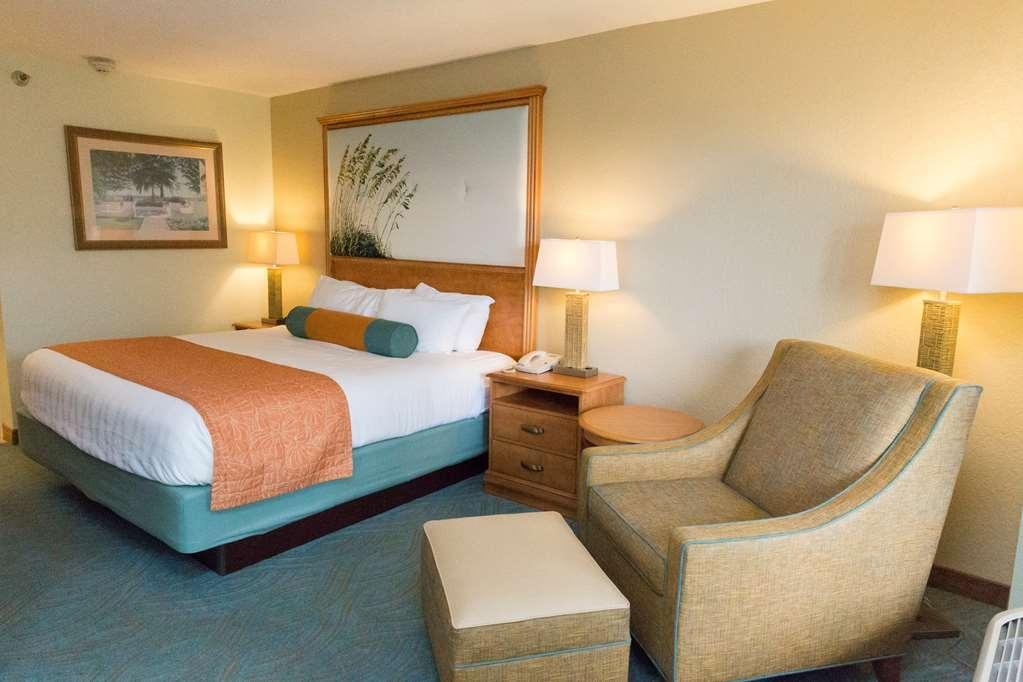 Best Western Plus Siesta Key Gateway - Relájese tras de un largo día de viaje en nuestra habitación con cama de matrimonio extragrande.