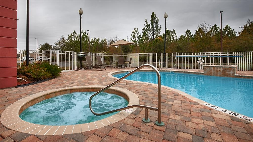 Best Western Plus First Coast Inn & Suites - Piscina al aire libre y bañera de hidromasaje