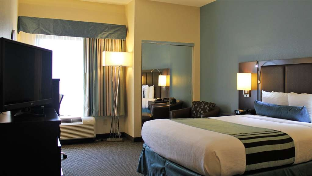 Best Western Plus Tallahassee North Hotel - Enjoy our non-smoking queen accessible rooms which boasts one queen bed a 37-inch LED TV a work space with desk and chair and a luxurious bathroom with a walk-in shower.
