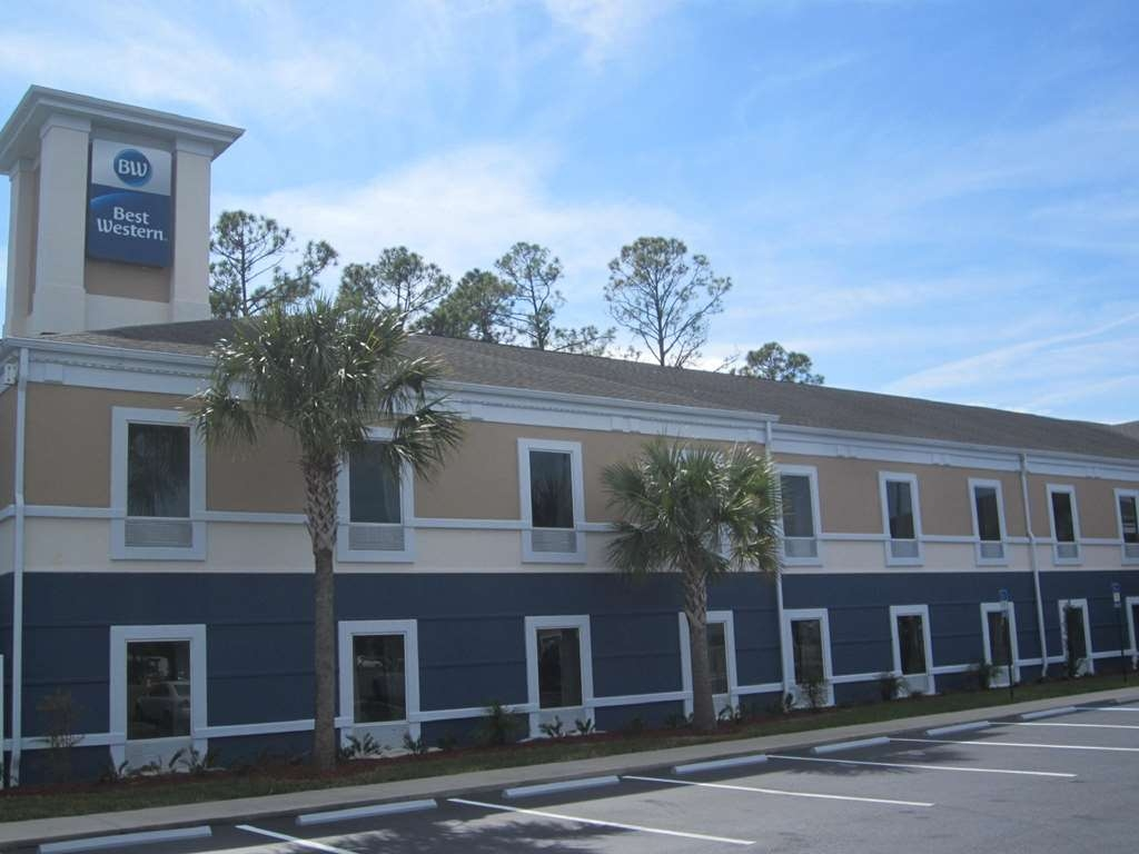 Best Western Waldo Inn & Suites - Our hotel exterior encompasses many aspects of Florida. The only thing missing is the beach.