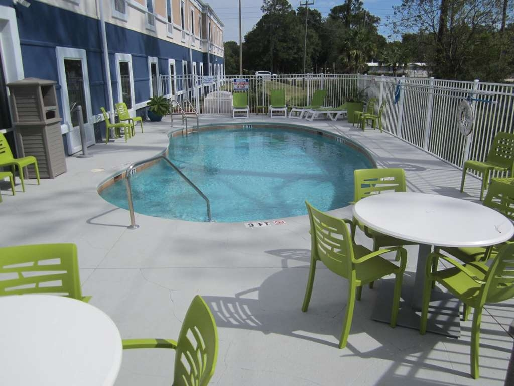 Best Western Waldo Inn & Suites - Our pool provides a great place to relax and cool off on hot days. It is also a great place to have breakfast and enjoy the morning air.