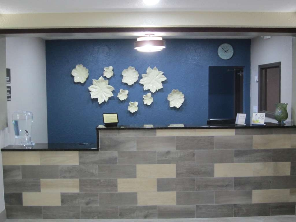 Best Western Waldo Inn & Suites - Our unique front desk design is pleasing to the eye and is your gateway to a great stay.