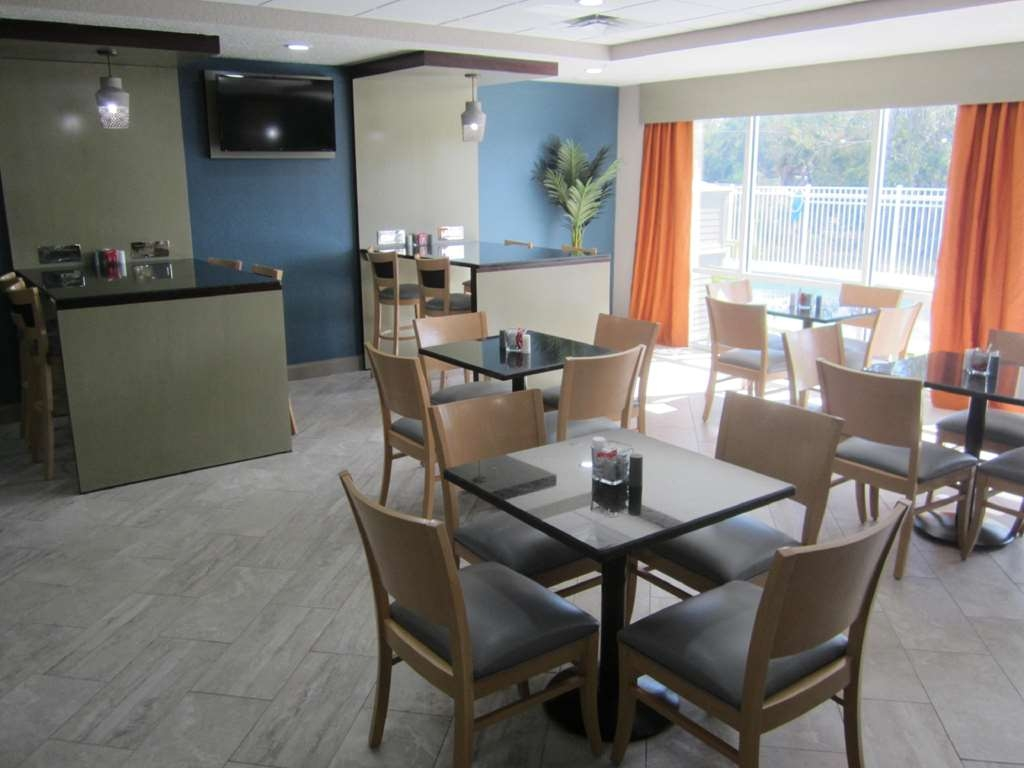 Best Western Waldo Inn & Suites - Our custom family tables are large enough for 6 so the whole family can have breakfast together.