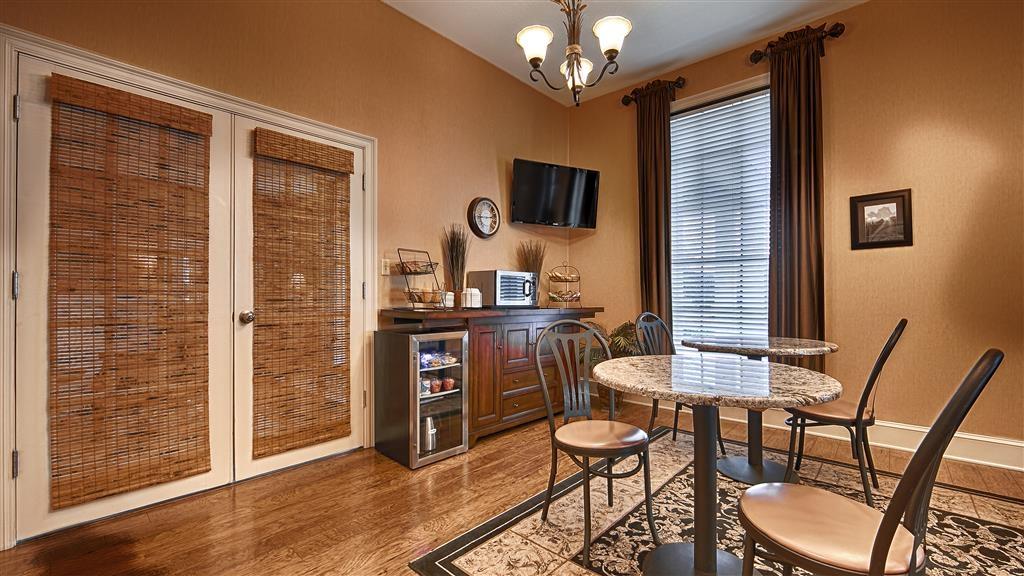 Best Western Suites - Installez-vous et profitez des informations du matin en buvant une délicieuse tasse de café.